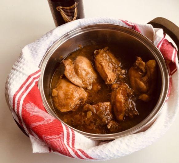 Contramuslos de pollo a la cerveza negra con brócoli