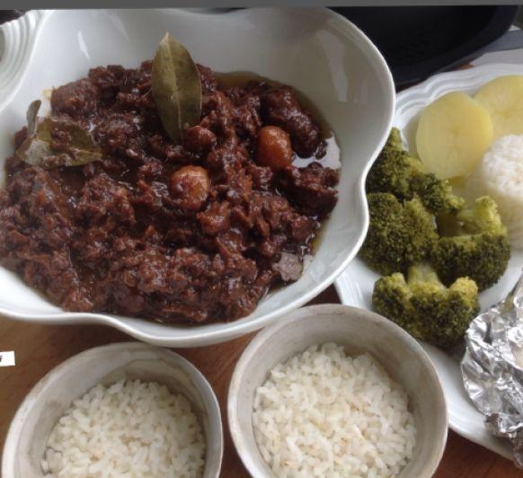 Menú completo: carrilleras, arroz, brócoli, patatas y pescado al vapor