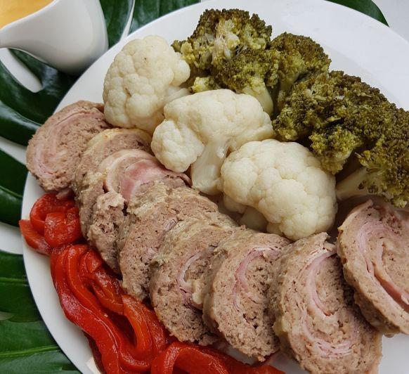 Fiambre de carne con brocoli y coliflor y salsa de pimientos rojos