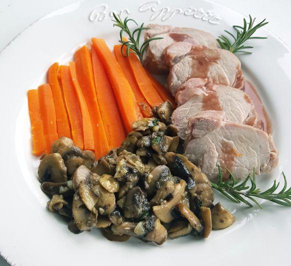Solomillo de cerdo con salsa de vino tinto y zanahorias al vapor